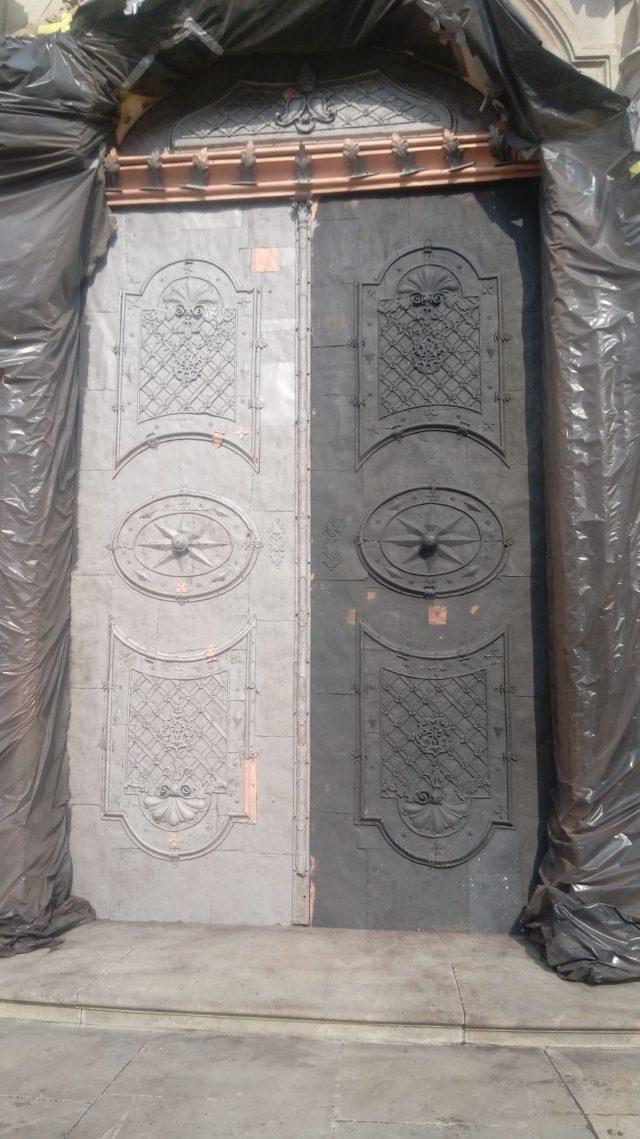 Czyszczenie drzwi i rozet w Bazylice Św. Jadwigi w Legnickim Polu
