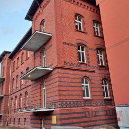 Kompleksowa renowacja elewacji ceglanej budynku przy ul. Lindego w Legnicy.