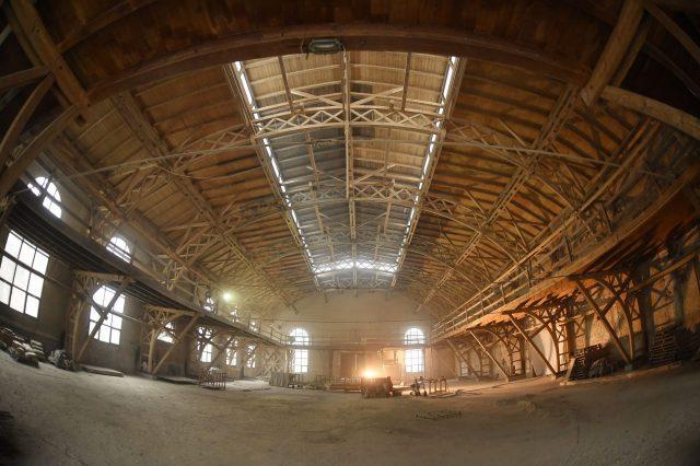 Czyszczenie konstrukcji drewnianej hali przy ul. Przemysłowej w Legnicy