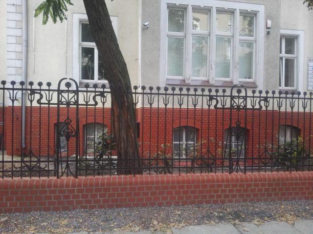 Renowacja cokołu ceglanego budynku przy ul. Okrzei w Legnicy