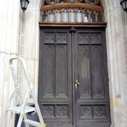 Czyszczenie zabytkowych drzwi w gmachu Sądu Rejonowego w Bolesławcu